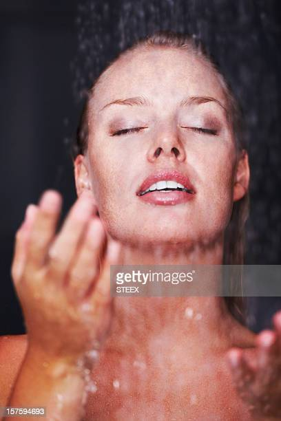 Sensuelle femme aux cheveux sous une douche