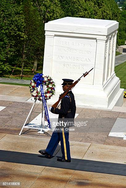 sentinel, tomb of the unknown soldier, arlington national cemetery - tomb of the unknown soldier arlington stock pictures, royalty-free photos & images
