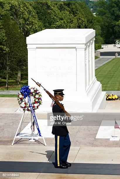 sentinela, o túmulo do soldado desconhecido, o cemitério nacional de arlington - tomb of the unknown soldier arlington - fotografias e filmes do acervo