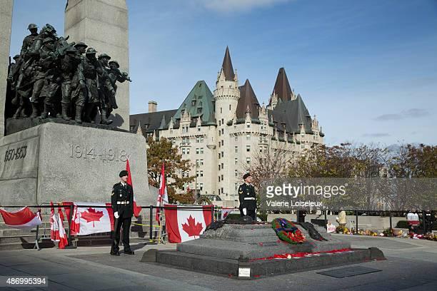 Sentries tenant garde à Ottawa Cenotaph