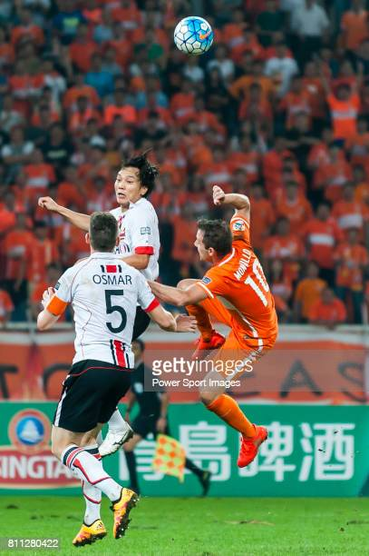 Seoul midfielder Kim Chiwoo fights for the ball with Shandong Luneng FC midfielder Walter Montillo during the AFC Champions League 2016 Quarter Final...