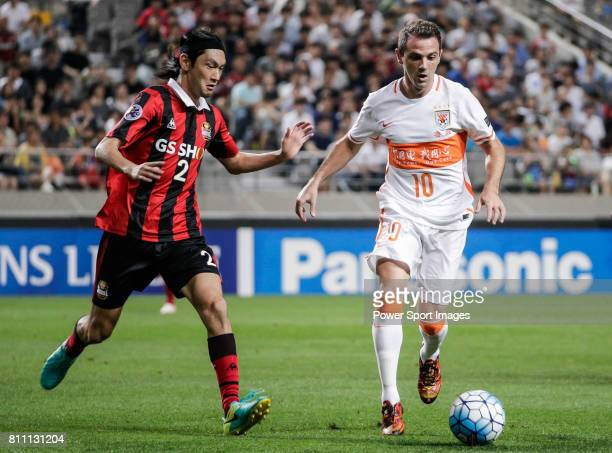 Seoul midfielder Takahagi Yojiro fights for the ball with Shandong Luneng FC midfielder Walter Montillo during the AFC Champions League 2016 Quarter...