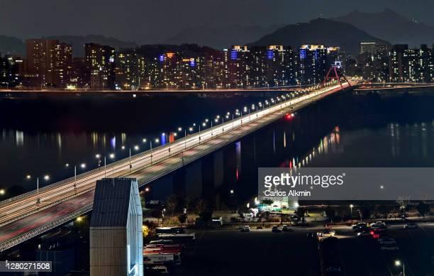 seoul, south korea - seogang bridge, over han river, at night - carlos alkmin stock pictures, royalty-free photos & images