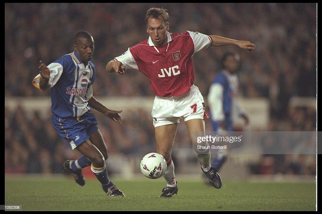 Wayne Collins of Sheffield Wednesday (left) goes to challenge David Platt of Arsenal : News Photo