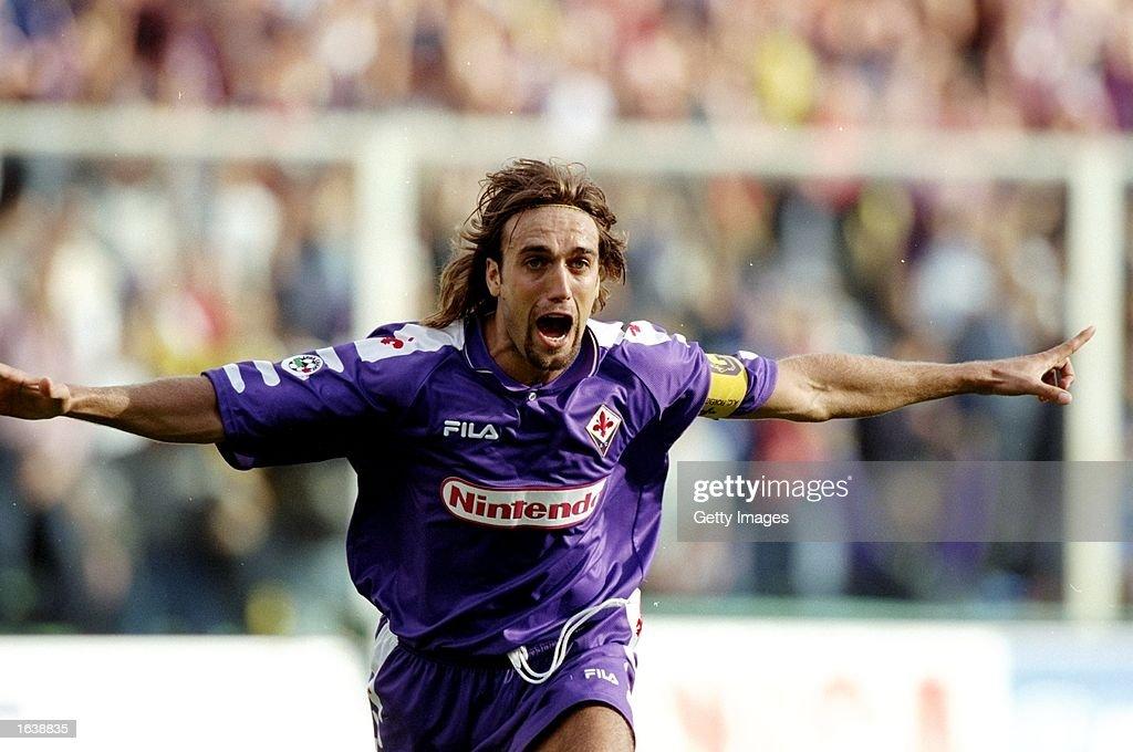 Gabriel Batistuta of Fiorentina celebrates : ニュース写真