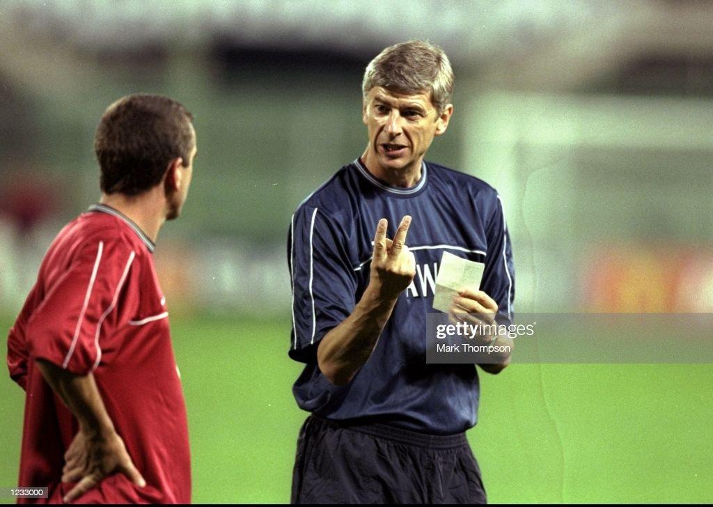 Arsene Wenger with Nigel Winterburn : News Photo