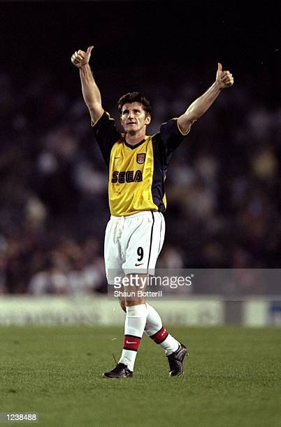Davor Suker of Arsenal salutes the crowd after the Barcelona v Arsenal UEFA Champions League Group B match played at the Nou Camp Barcelona Spain The...