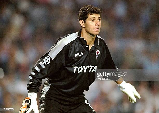 Francesco Toldo in goal for Fiorentina against Barcelona during the UEFA Champions League group B match at the Nou Camp in Barcelona Spain Barcelona...