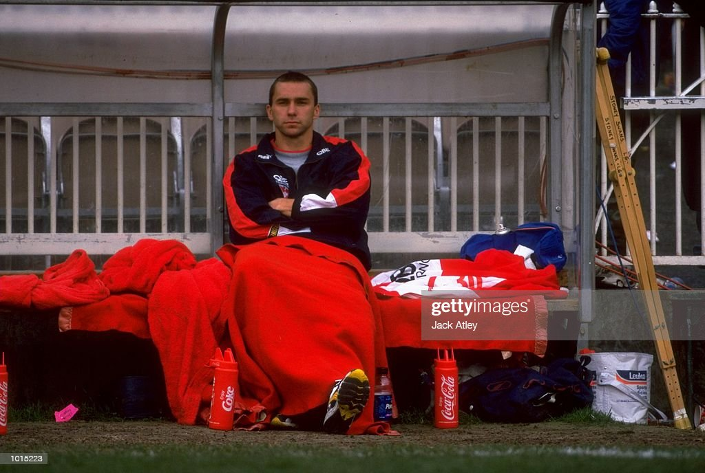 Paul Kelly of the Sydney Swans is forced to sit on the bench with a knee injury sustained in the AFL Fourth Qualifying Final against the Essendon Bombers at the MCG in Melbourne, Australia. The Bombers progressed to the latter stages with aconvincing 123 - 54 win. \ Mandatory Credit: Jack Atley /Allsport