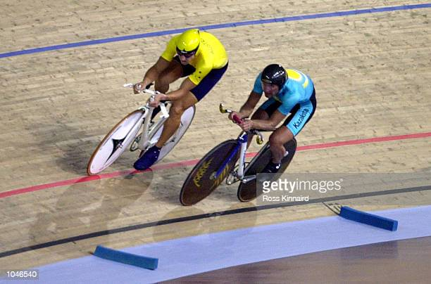 Luke Roberts of Australia chases down Vadim Kravchenko of Kazistan in the Mens Individual Pursuit Qualifying during the Sydney 2000 Olympic Games at...