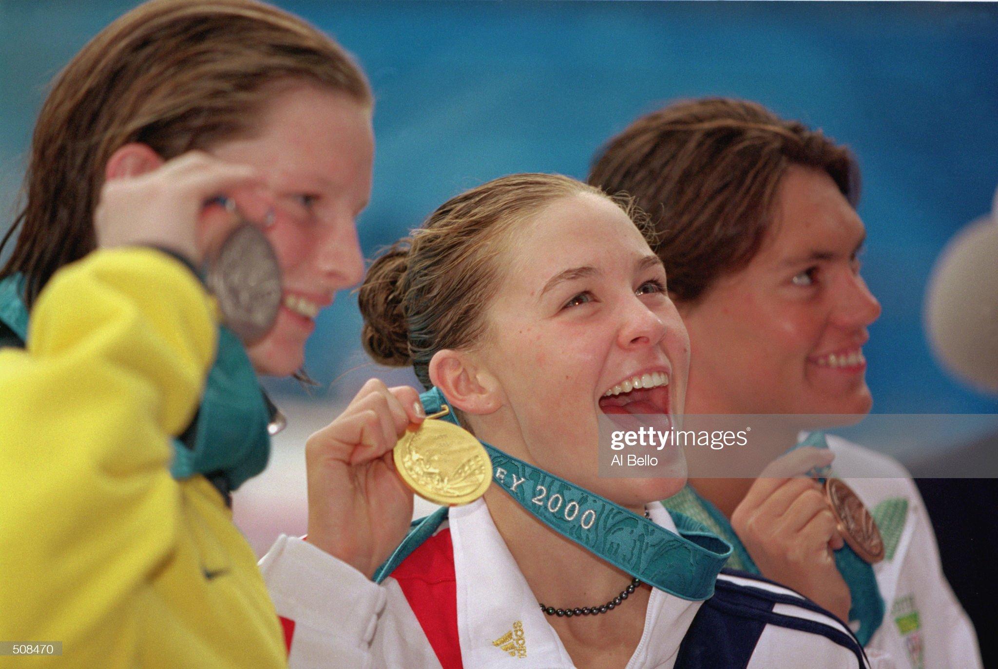 Megan Quann holds up her gold medal : Fotografía de noticias