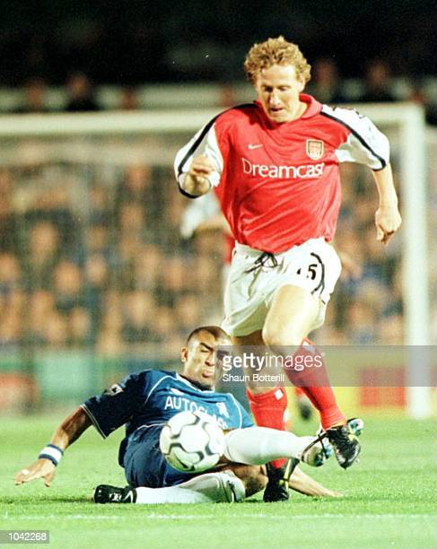 Roberto Di Matteo of Chelsea challenges Ray Parlour of Arsenal during the FA Carling Premiership game between Chelsea and Arsenal at Stamford Bridge...