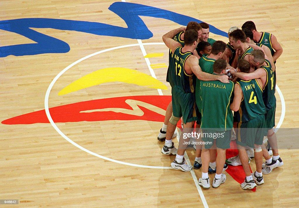 Australian team huddle : News Photo