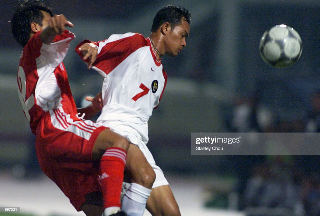 Edu Juanda of Indonesia battles with Nguyen Minh Phuong of Vietnam in a Group B match held at the MPPJ Stadium, Petaling, Malaysia during the Under-23 Men Football Tournament of the 21st South East Asian Games. Indonesia won 1-0. DIGITAL IMAGE. Mandatory Credit: Stanley Chou/ALLSPORT