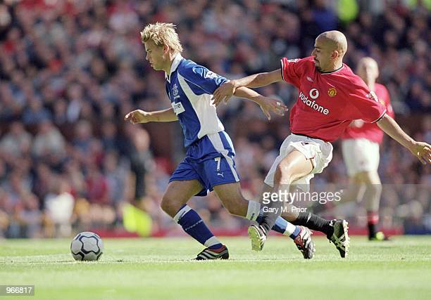 Niclas Alexandersson of Everton turns away from Juan Sebastian Veron of Manchester United during the FA Barclaycard Premiership match played at Old...