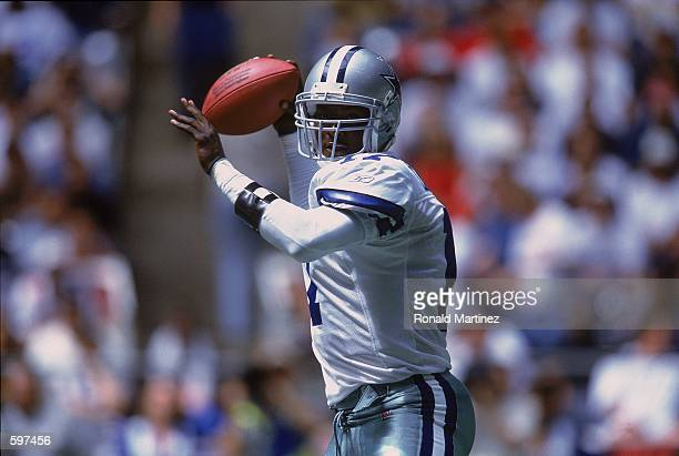 Quincy Carter of the Dallas Cowboys lines up a pass during the game against the Tampa Bay Buccaneers at Texas Stadium in Dallas Texas The Buccaneers...