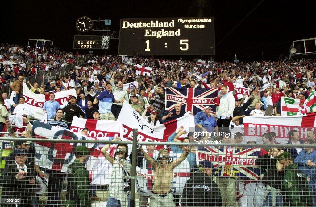 England fans celebrate : News Photo