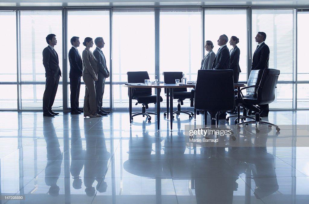 Separate Gruppen von Geschäftsleuten mit Ermäßigung im Konferenzraum : Stock-Foto