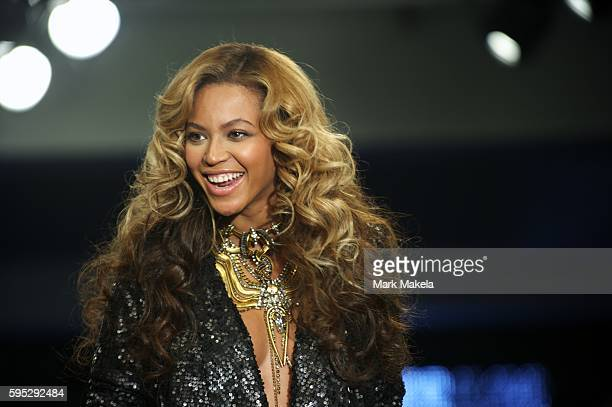 Sept 17 2011 London England UK BEYONCE KNOWLES and mother Tina take a bow after their fashion show House of Dereon at the Selfridge's Car Park