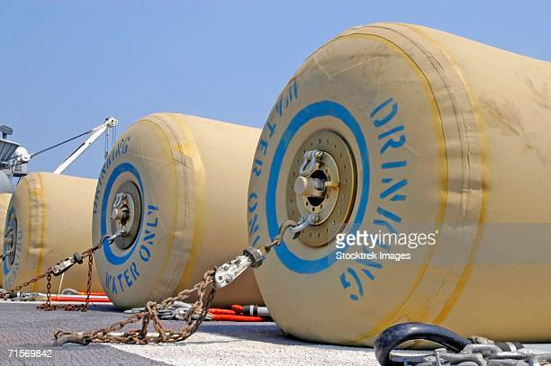 """""""september 03, 2005.  eight rubber bladders, each holding 500 gallons of fresh drinking water, wait for transport on the flight deck of the amphibious assault ship uss bataan (lhd 5)."""" - ヤードポンド法 ストックフォトと画像"""