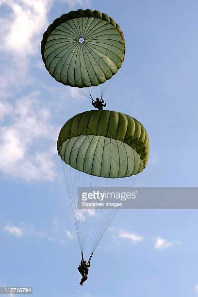 september 12, 2010 - u.s. army soldiers from the 82nd airborne division parachute down after jumping from a c-130 hercules during airborne operations. - paratrooper stock pictures, royalty-free photos & images