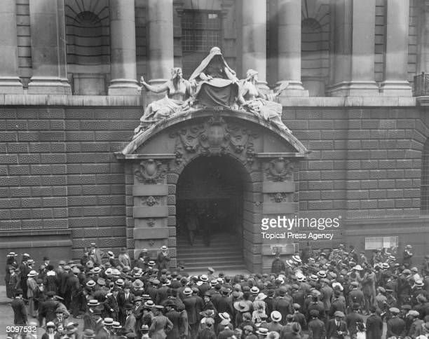 Crowds outside the Old Bailey during the Malcolm murder trial