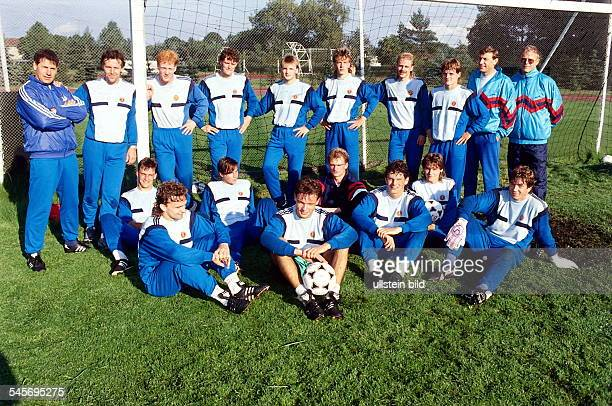 Mannschaftsfoto der DDR Auswahl beimTrainingslager in Kienbaum vor demletzten Länderspiel der DDR in Brüssel September 1990