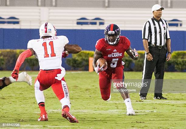 Florida Atlantic Owls Running Back Devin Singletary looks over the defense during the game between the Ball State Cardinals and the Florida Atlantic...