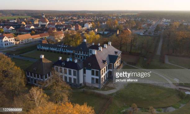 September 2017, Saxony-Anhalt, Oranienbaum: The Corps de Logis of Schloss Oranienbaum, which has a renovated roof and a new façade, is bathed in the...