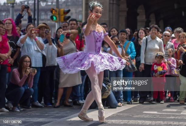 Mexico Mexico City A dancer performs as part of the cultural program Theater auf öffentlichen Plätze Theater in Ihrer Nachbarschaft Dancers present...