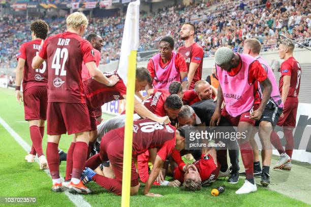 September 2018, Saxony, Leipzig: Soccer: Europa League, Group stage, Matchday 1: RB Leipzig - RB Salzburg. Salzburgs players cheer after the winning...