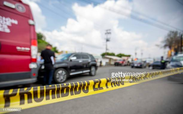 September 2019, Mexico, Los Reyes Las Paz: Police work at the scene after the murder of a man in the state of Mexico. Insecurity, crime and violent...