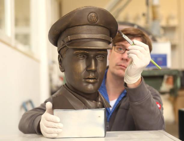 DEU: Elvis In Bronze