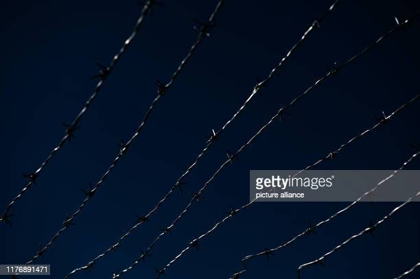 September 2019, Thuringia, Mödlareuth: Barbed wires on the grounds of the Deutsch-Deutschen Museum shine in the sunlight. Photo: Nicolas Armer/dpa