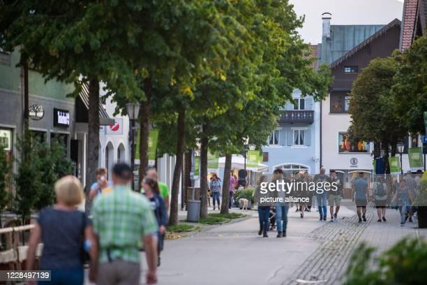 13 September 2020 Bavaria GarmischPartenkirchen Passersby walk through the city centre After a violent corona eruption in GarmischPartenkirchen Upper...