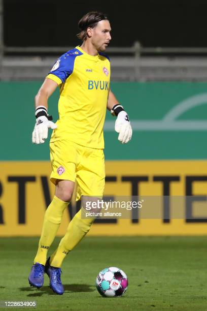 September 2020, Bavaria, Würzburg: Football: DFB Cup, Würzburger Kickers - Hannover 96, 1st round. The Würzburg goalkeeper Fabian Giefer plays the...