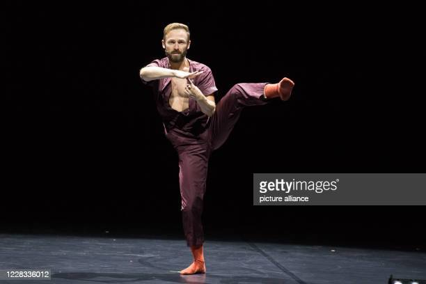 Dancer Ross Martinson shows the dance The Zero at the photo rehearsal of Lab_Works Covid_19 by the Berlin State Ballet in the Komische Oper Photo...