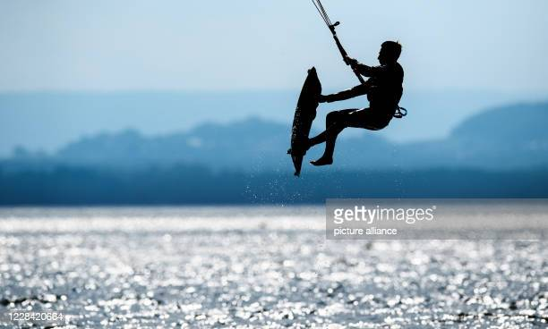 September 2020, Lower Saxony, Mardorf: A kite surfer jumps on the Steinhuder Meer in the region of Hannover. Photo: Julian Stratenschulte/dpa
