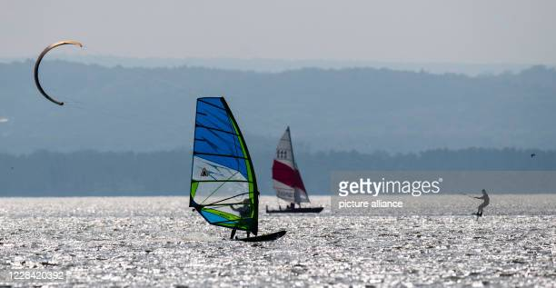 September 2020, Lower Saxony, Mardorf: Surfers, kite surfers and sailors glide over the Steinhuder Meer in the Hannover Region. Photo: Julian...