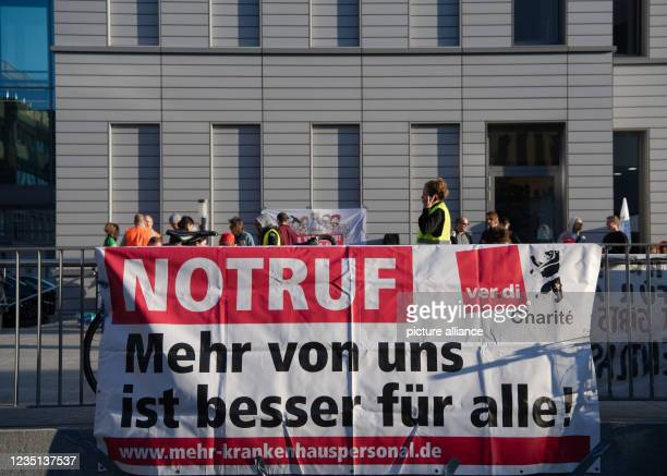 """September 2021, Berlin: """"EMERGENCY CALL"""" is written in large letters on a banner at the Charité ward block. This morning, the employees of the..."""
