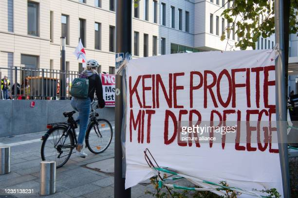 """September 2021, Berlin: """"No profits with nursing"""" is written on the banner in front of the Charité ward block. There, the employees of the..."""