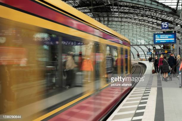 September 2021, Berlin: Passengers wait for an S-Bahn train at Berlin's main station. Deutsche Bahn and the train drivers' union GDL have agreed on a...