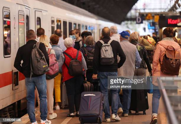 September 2021, North Rhine-Westphalia, Cologne: Passengers stand by a train at the main station. The German Train Drivers' Union ended its strike at...