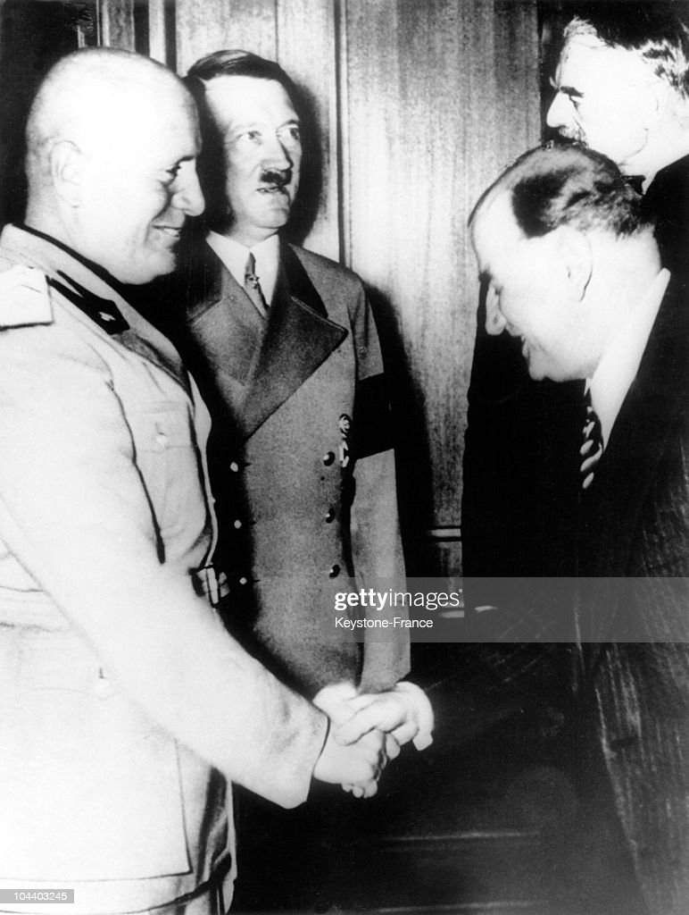 Munich agreement mussolini and daladier shaking hands pictures september 30 1938 duce benito mussolini shakes hands with french prime minister edouard daladier platinumwayz