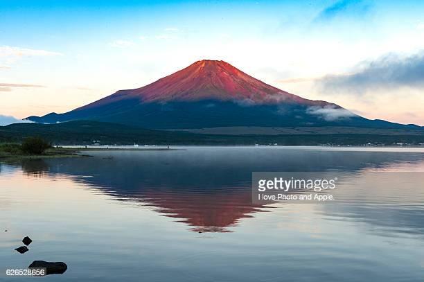 september fuji at lake yamanaka - 逆さ ストックフォトと画像
