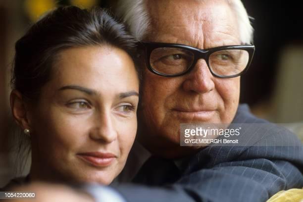 Septembre 1982 à PARIS Cary GRANT 78 ans avec sa cinquième et dernière épouse Barbara HARRIS 47 ans