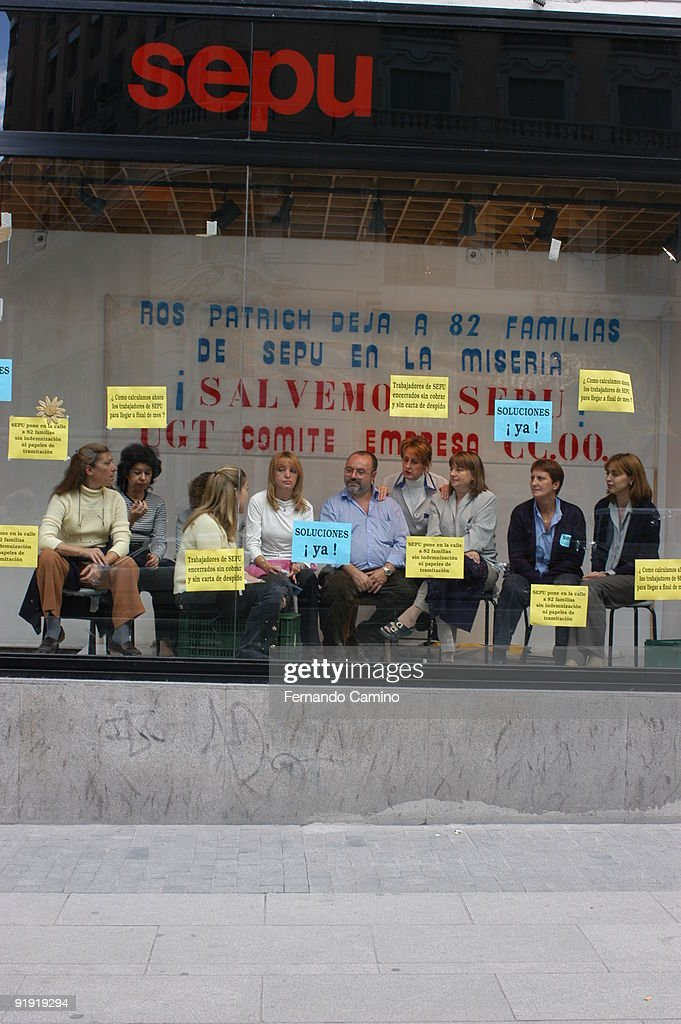Sepu warehouses. C/ Great Via. Madrid. Spain. The workers of the Sepu warehouses of Madrid lock in themselves within the showcases to protest by their dismissal. : News Photo