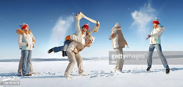 séquence image de jeune femme et homme jouant dans la neige - froid humour photos et images de collection