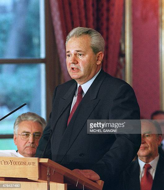 Serbian president Slobodan Milosevic speaks before signing the peace accord on Bosnia at the Elysee Palace 14 December 1995 in Paris as Croatian...