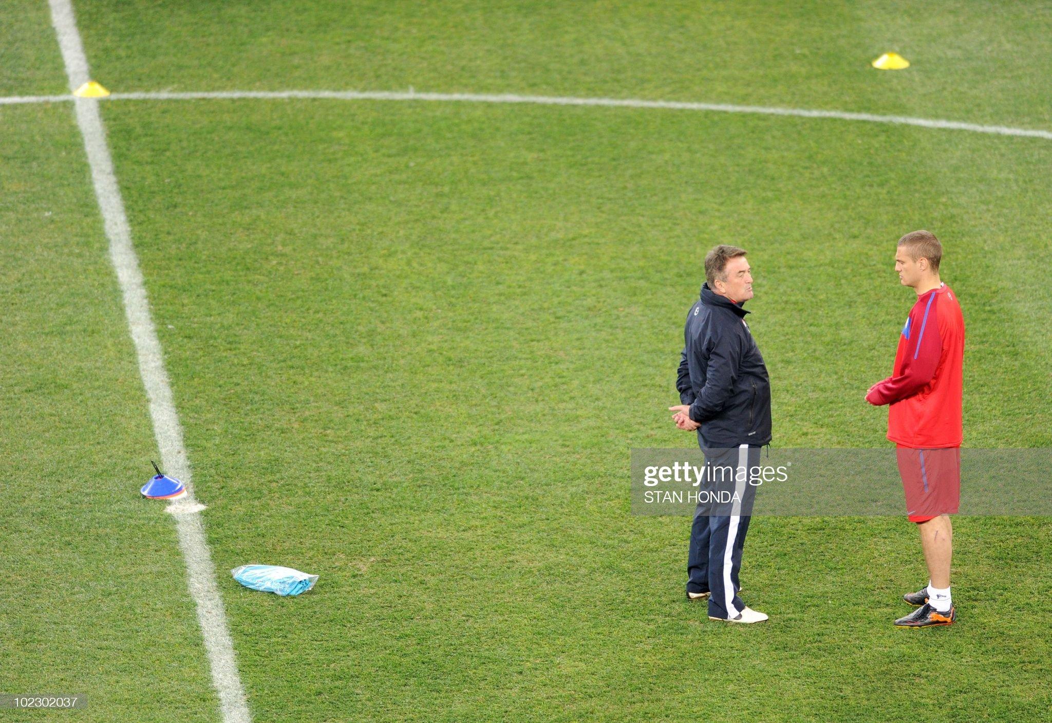 Debate sobre futbolistas - Página 12 Serbias-coach-radomir-antic-talks-with-defender-nemanja-vidic-during-picture-id102302037?s=2048x2048